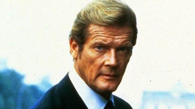 Roger Moore, acteur britannique jeune ayant interprété plusieurs James Bond